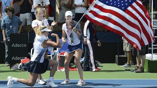 Američanky si postup užily! Svaly ukázala CoCo Vandewegheová, pusu od ucha k uchu měly Alison Riskeová (vpravo) a Shelby Rogersová.