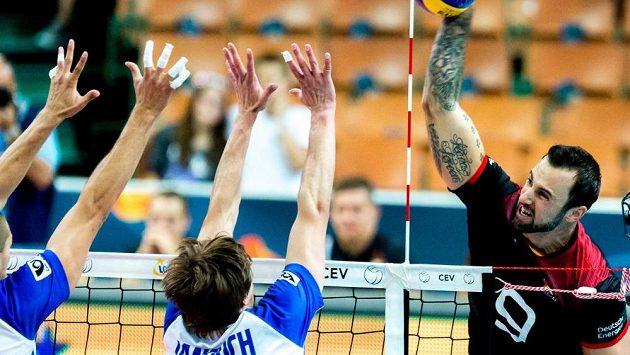 Německý volejbalista György Grozer (vpravo) smečuje ve čtvrtfinále ME proti České republice.