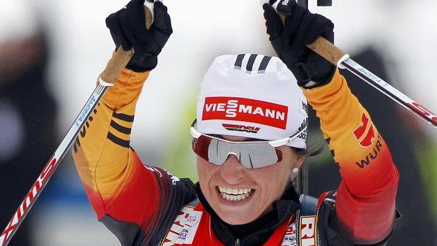 Německá biatlonistka Andrea Henkelová oslavuje svou výhru ve stíhačce v Anterselvě.