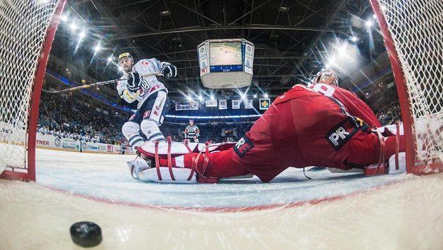 Liberecký útočník Koba Jass střílí gól ze samostatného nájezdu brankáři Slavie Dominiku Furchovi.