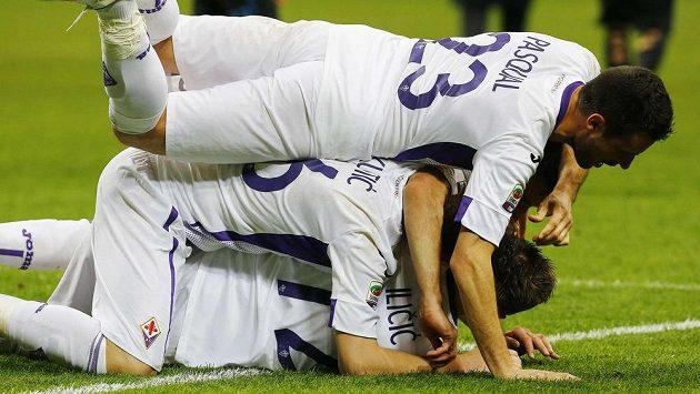 Fotbalisté Fiorentiny se radují z gólu proti Interu.
