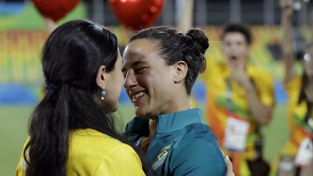 Brazilská ragbistka Isadora Cerullová (vpravo) přijala během ceremoniálu na olympijských hrách v Riu de Janeiro nabídku k sňatku od přítelkyně Marjorie Enyaové.