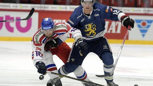 Adam Polášek (vlevo) bojuje o puk s Joonasem Nattinenem z Finska.