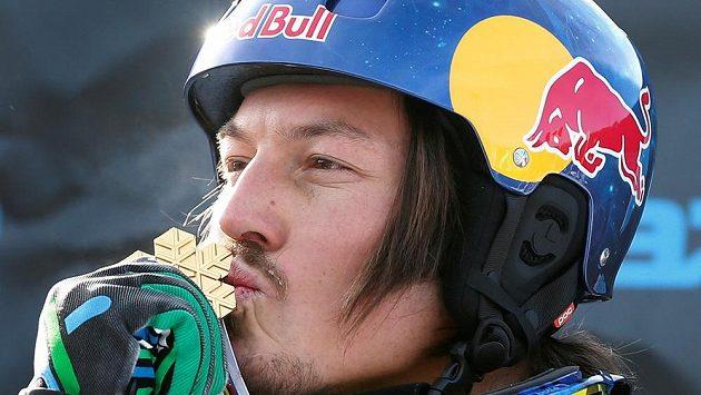 Australský snowboardista Alex Pullin s medailí z MS ve Stonehamu v roce 2013.