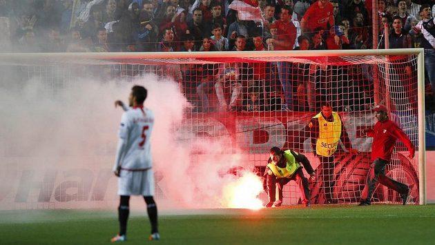 Sevillské derby v Evropské lize na chvíly přerušily i petardy.