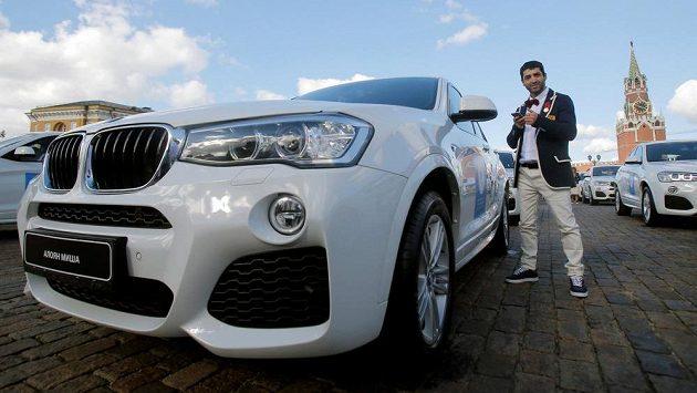 Ruský boxer Miša Alojan s vozem BMW X5, které dostal jako odměnu za olympijské stříbro z Ria de Janeiro.