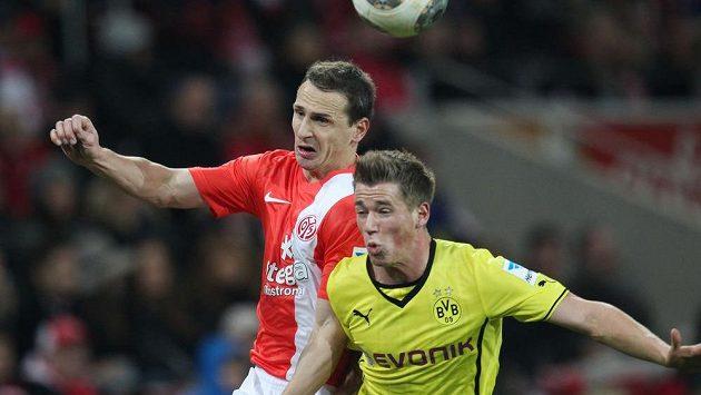 Obránce Zdeněk Pospěch v hlavičkovém souboji s Erikem Durmem (ve žlutém) z Borussie Dortmund.