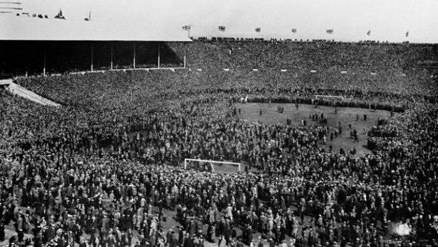 Na Empire stadium, jak se Wembley původně jmenovalo, se dostalo při slavnostním otevření na dvě stě tisíc lidí. Bělouš Billy je na snímku v levém rohu hřiště.