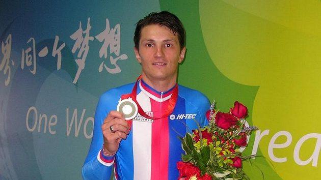 Český cyklista Jiří Bouška na archivním snímku se stříbrnou medailí z paralympiády v Pekingu