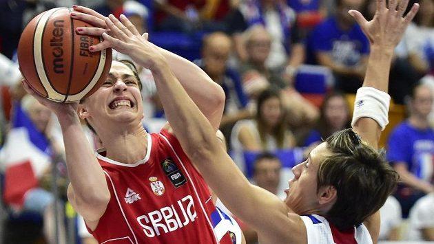 Tamara Radočajová ze Srbska střílí na koš přes bránící Celine Dumercovou z Francie.