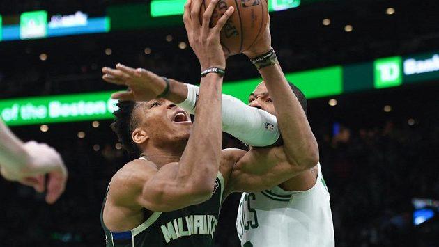 Řecký basketbalista Milwaukee Janis Adetokunbo (v zeleném) v dresu Milwaukee se snaží prosadit přes Marcuse Morrise z Bostonu v zápase play off NBA.
