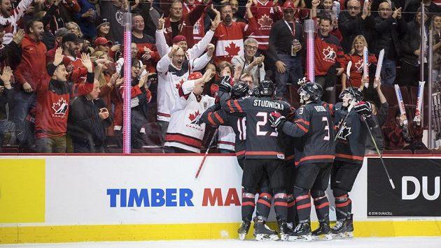 Hokejisté Kanady do 20 let oslavují branku v utkání proti Česku.