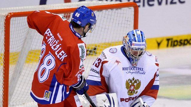 Útočník Jakub Petružálek před ruským gólmanem Vitalijem Košečkinem.