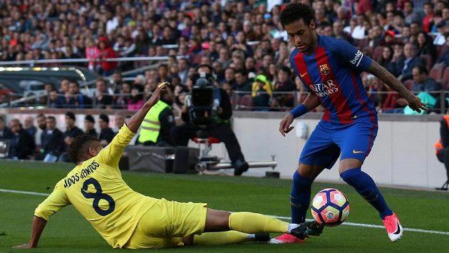 Neymar z Barcelony obchází Jonathana Dos Santose z Villarrealu.