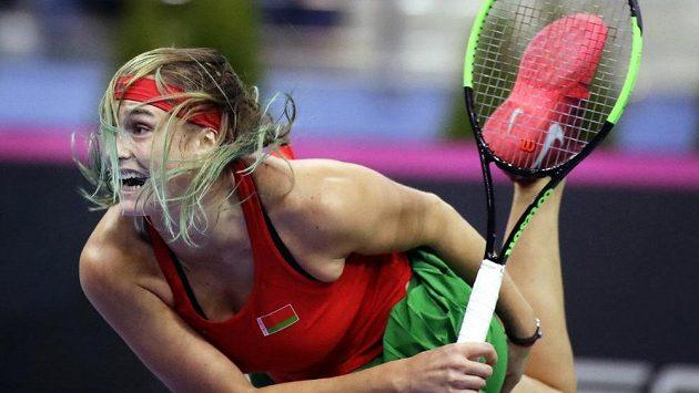 Běloruska Aryna Sabalenková ve fedcupovém finále proti Sloane Stephencové.
