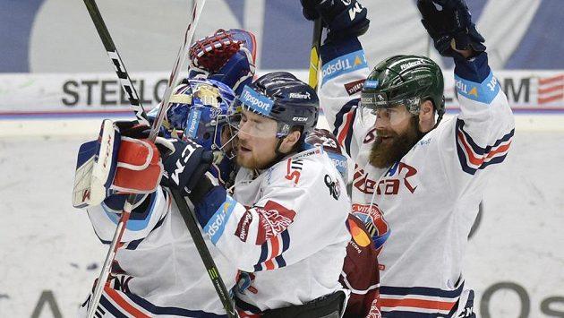 Zleva brankář Patrik Bartošák, Jakub Lev a Jan Výtisk z Vítkovic se radují z vítězství nad Spartou.