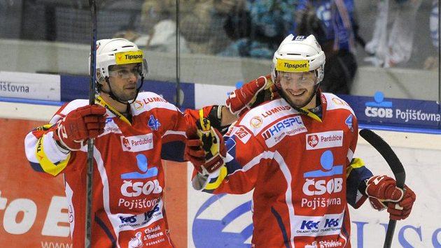 Pardubický obránce Blaž Gregorc (vlevo) a útočník Tomáš Zohorna se radují z gólu.