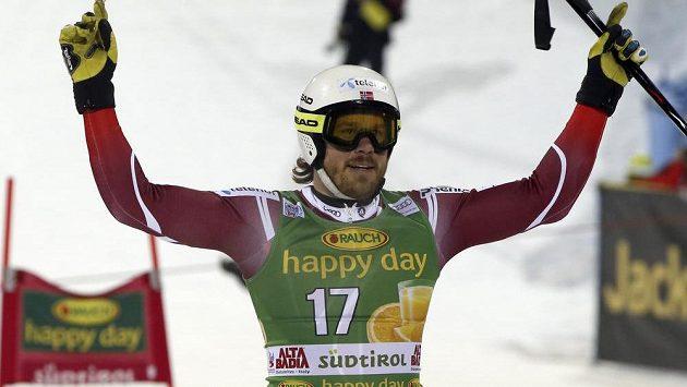 Nor Kjetil Jansrud se raduje z triumfu v paralelním obřím slalomu v Alta Badii.