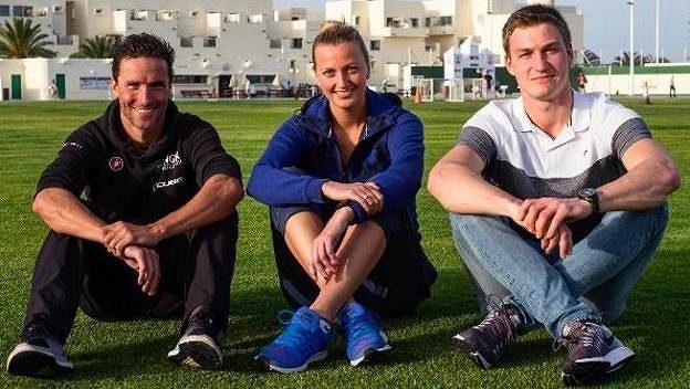 Petra Kvitová se nedávno vyfotila na Lanzarote bez bandáže na zraněné levé ruce. Vlevo triatlonista Andreas Raelert a vpravo oštěpař Thomas Röhler.