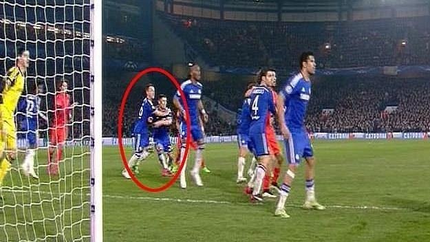 John Terry nepochopitelně hlídá spoluhráče Garyho Cahilla před rozhodujícím gólem PSG na 2:2 v osmifinále Ligy mistrů.