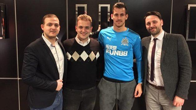 Martin Dúbravka právě oblékl dres Newcastlu! Vlevo bratři Zíkové ze zastupující agnetury Global Sports, vpravo Anthony Verrinder z agentury Spocs.