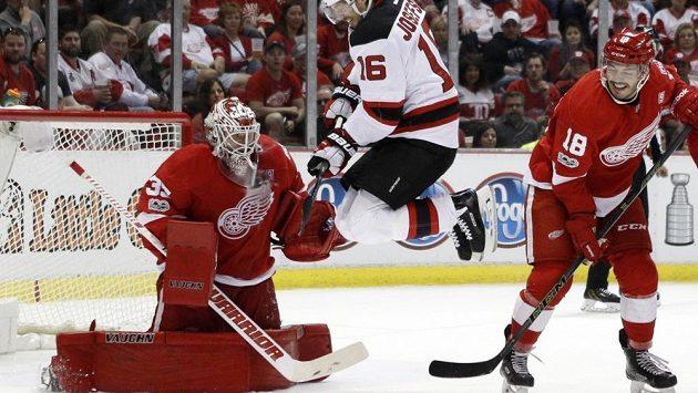 Gólman Detroitu Jimmy Howard (vlevo) by měl být jednou z hlavních opor amerického výběru na MS v hokeji.