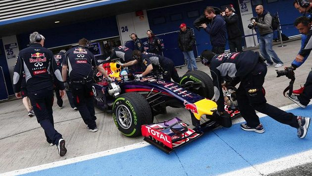 Pilot Red Bullu Sebastian Vettel v péči mechaniků při testech v Jerezu.
