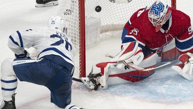 Český hokejista Ondřej Kaše střílí jednu z branek svého Toronta Maple Leafs v duelu s Montrealem Canadiens.