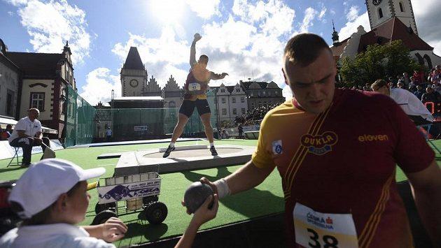 K vrhu se na Žižkově náměstí připravuje vítěz soutěže Tomáš Staněk, v popředí je jeho tréninkový kolega a stříbrný medailista Ladislav Prášil.
