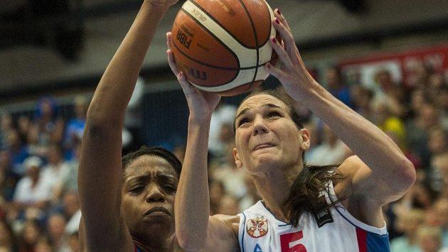 Srbská basketbalistka Sonja Petrovičová (vpravo) v souboji s Francouzkou Endene Miyemovou ve finále ME v Budapešti.
