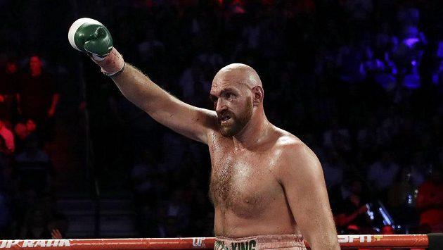 Britský boxer Tyson Fury se raduje po vítězství na body nad Švédem Otto Wallinem.