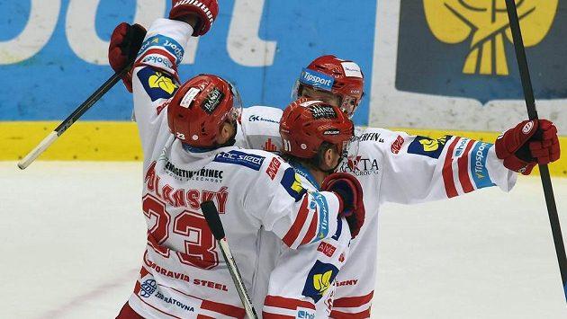 Zleva Jiří Polanský, Marcel Hossa a Ján Sýkora z Třince se radují z vyrovnávacího gólu proti Hradci Králové.