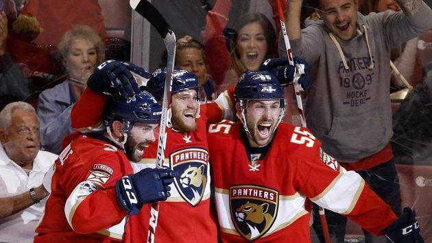 Jonathan Huberdeau (uprostřed) se raduje z vítězné branky po dlouho očekávaném návratu na led.