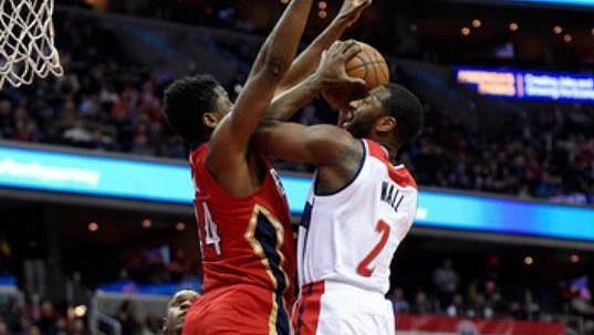 Opora Wizards John Wall se prosazuje v zápase s New Orleans.