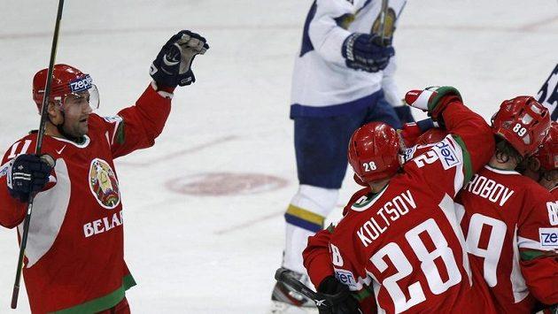"""Hokejisté Běloruska se radují z branky a halou zní píseň """"Kasij Jas kanjuščinu""""."""