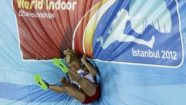 Polská pětibojařka Karolina Tyminská dopadá na žíněnku s logem halového MS v Istanbulu.