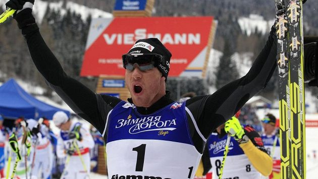 Švýcar Dario Cologna oslavuje triumf ve skiatlonu na MS ve Val di Fiemme.