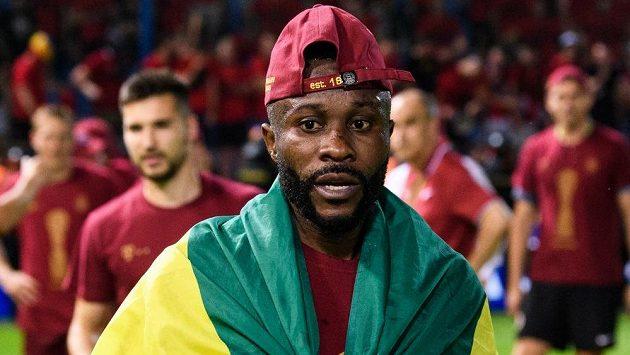 Guélor Kanga ze Sparty během oslav vítězství a zisku trofeje ve finále MOL Cupu s gabonskou vlajkou...