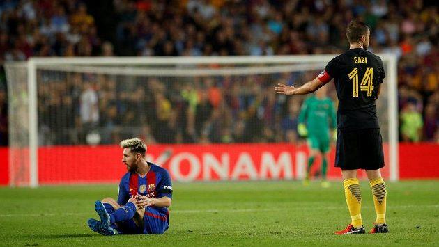 Lionel Messi z Barcelony (vlevo) zápas s Atlétikem nedokončil. Vpravo záložník madridského celku Gabi.