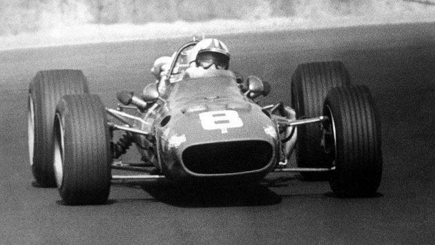 Chris Amon s Ferrari na archivním snímku.