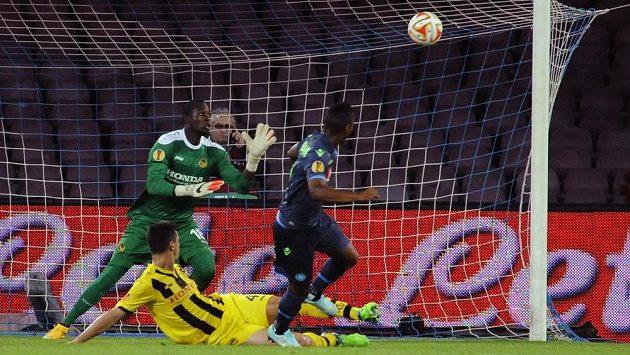 Záložník Neapole Jonathan de Guzmán (vpravo) střílí gól do sítě Bernu v utkání 4. kola Evropské ligy.