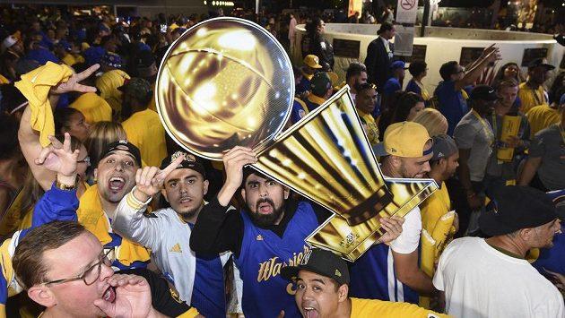 Reakce fanoušků Warriors poté, co Golden State získali v NBA titul.