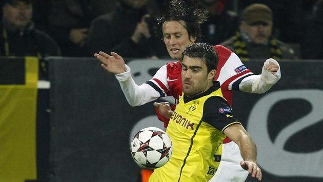 Stoper Borussie Dortmund Sokratis Papastathopoulos si kryje míč před Tomášem Rosickým z Arsenalu.