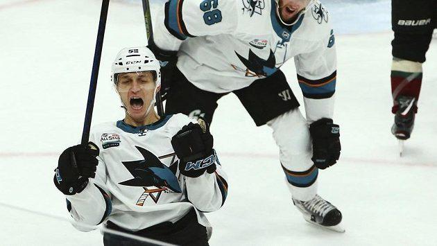 Český útočník v barvách San Jose Lukáš Radil (vpředu) se raduje ze svého prvního gólu v NHL.