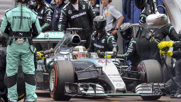 Lewis Hamilton v boxech během GP Monaka.