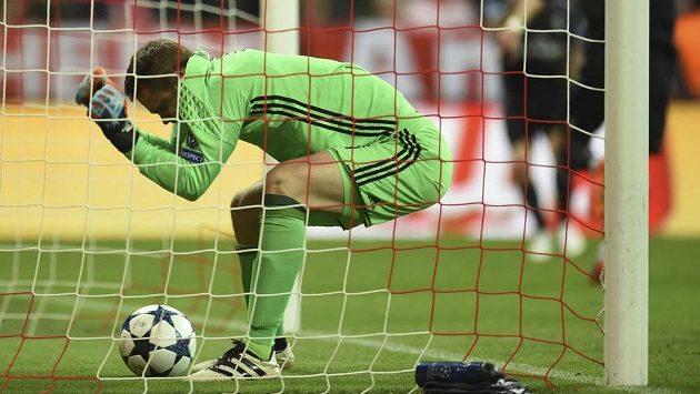 Brankář Bayernu Mnichov Manuel Neuer loví míč ze své brány.