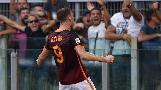 Edin Džeko z AS Řím slaví svůj gól proti Juventusu.