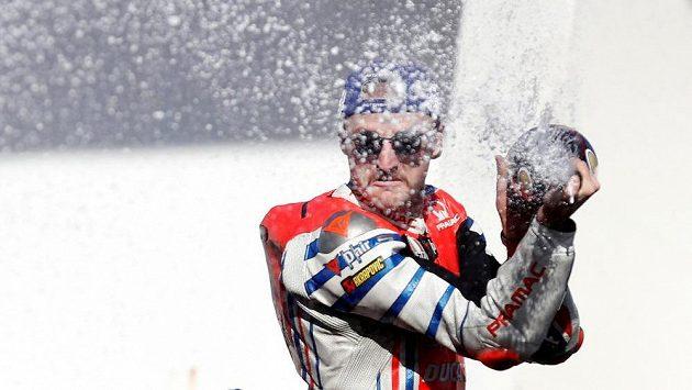 Australský motocyklový jezdec týmu Alma Pramac Racing Jack Miller řádí s lahví šampaňského po úspěšném závodě. Nyní se motocyklista podrobil operaci pravého předloktí.