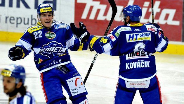 Brněnský útočník Jan Káňa (vlevo) se raduje z gólu proti Vítkovicím.