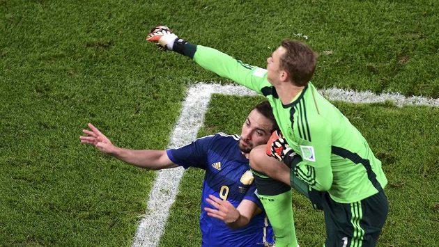 Německý gólman Manuel Neuer (vpravo) kolenem zasáhl do hlavy Argentince Gonzala Higuaína.